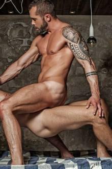 Homens nus enterrando o pau nesse m