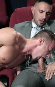 Três machos gostosos trepando no cinema