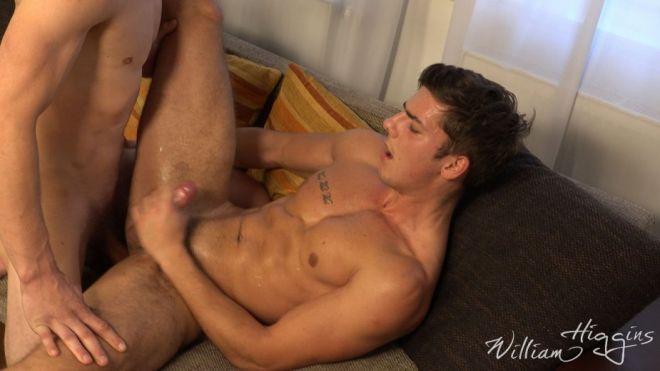 Comendo o namorado no sofá 9
