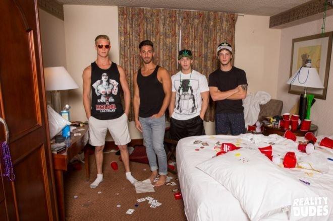 Jogando em Las Vegas e trepando com os amigos gays 1