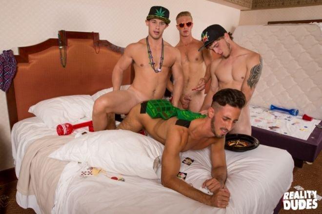 Jogando em Las Vegas e trepando com os amigos gays 11