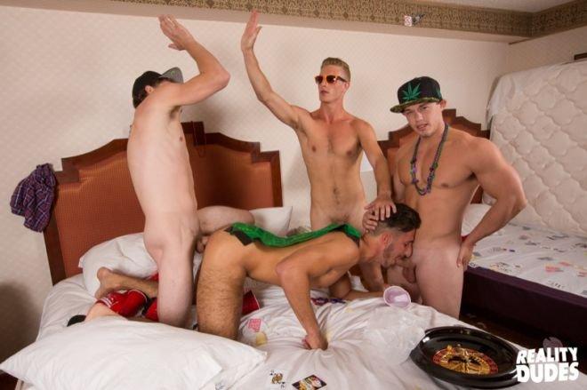 Jogando em Las Vegas e trepando com os amigos gays 16