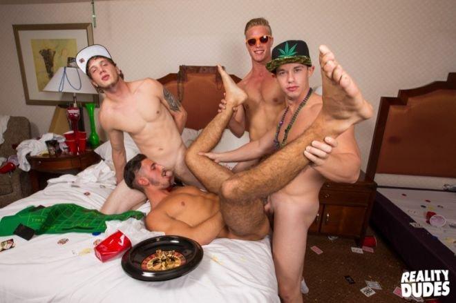 Jogando em Las Vegas e trepando com os amigos gays 22