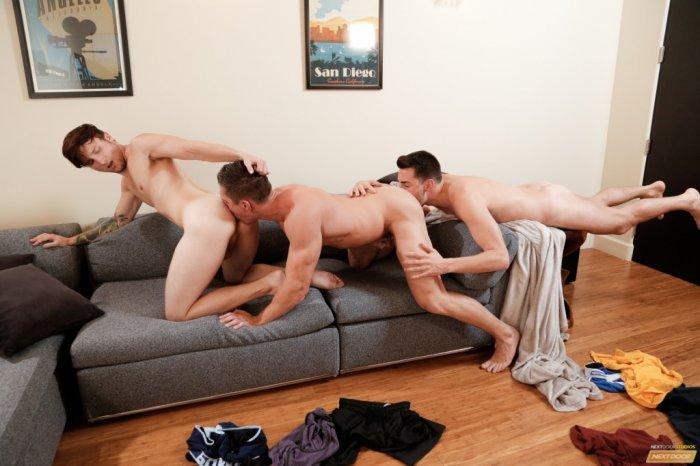 Três homens gostosos transando a noite toda 8