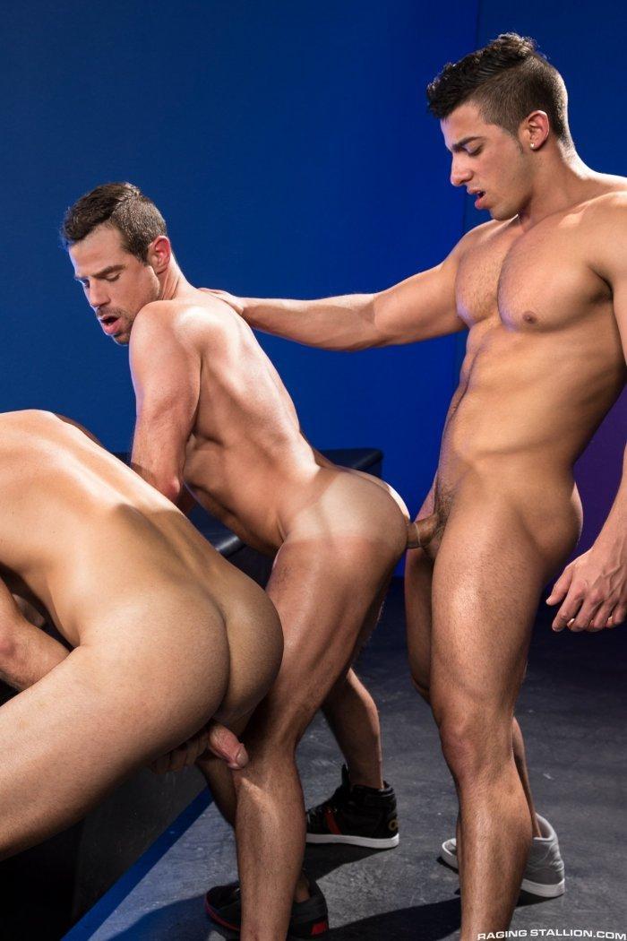 Homens pelados transando sem parar 15