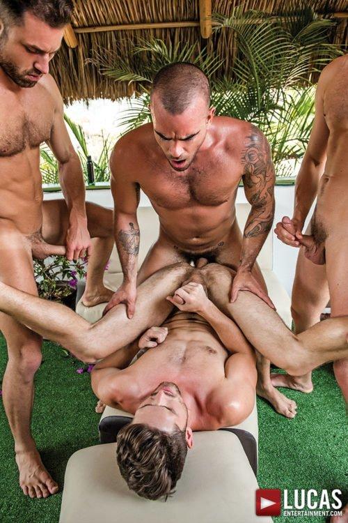 Suruba gay com homens sarados 26