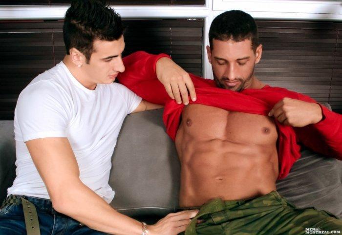 Homem musculoso dando para o carinha da academia 1